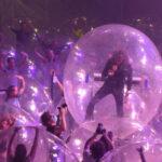Concierto con todos envueltos en burbujas de plástico